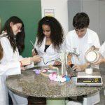 Os laboratórios de Química, Biologia e Física são bem equipados e utilizados pelos estudantes regularmente